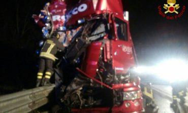 Camionista vivo per miracolo: le foto dell'incidente in autostrada